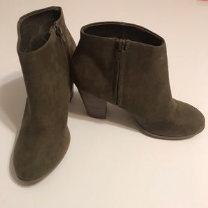 LIKE NEW OLD NAVY OLIVE 3 INCHES ANKLE BOOTS